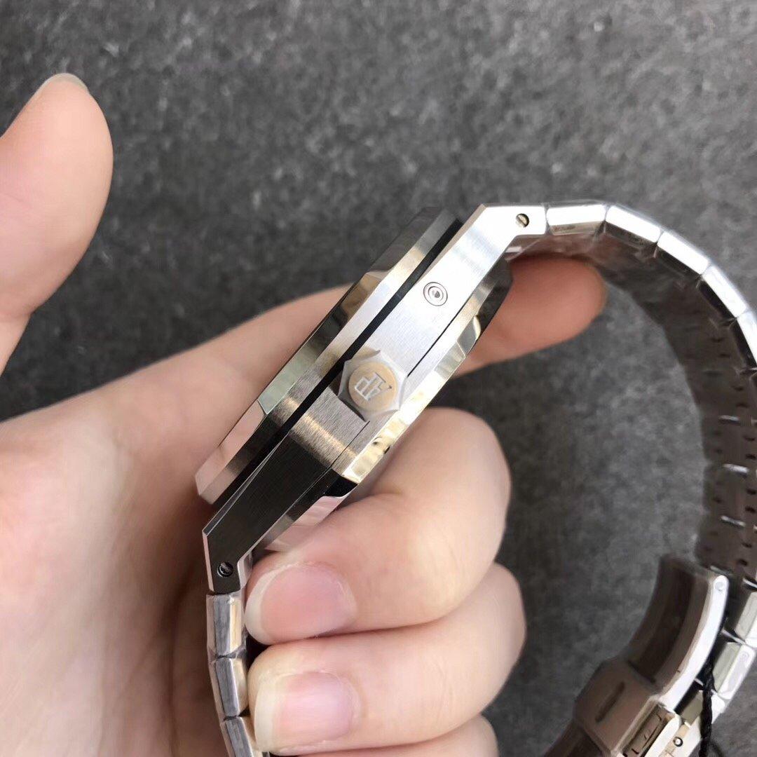 TW爱彼皇家橡树两地时间25周年限量版动能日期 黑盘男士手表